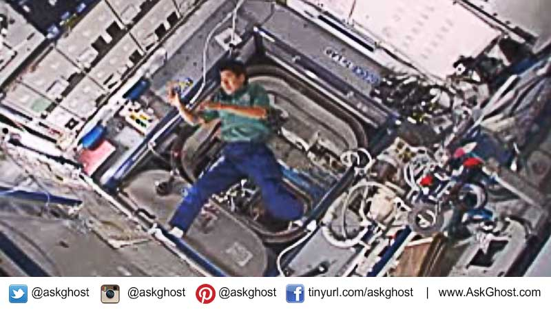 an-astronaut-threw-a-boomerang-while-visiting-the-International-Space-Station-and-it-returned-to-him-even-in-the-absence-of-gravity
